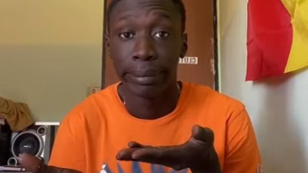 Khaby ve svém tiktokovém videu reagující na nepraktické loupání banánu.