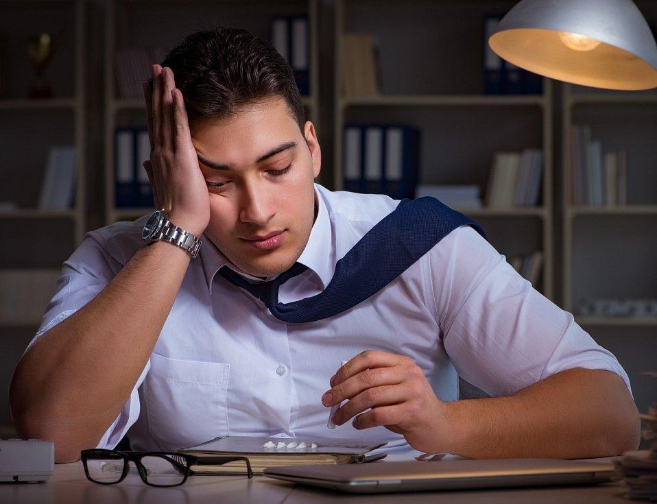 Přešponované pracovní tempo a dlouhé hodiny trávené v práci mohou způsobit odcizení v manželství. Člověk pak hledá útěchu v drogách a alkoholu.