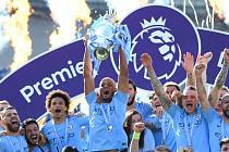 Hráči Manchesteru City oslavují zisk poháru pro vítěze anglické Premier League