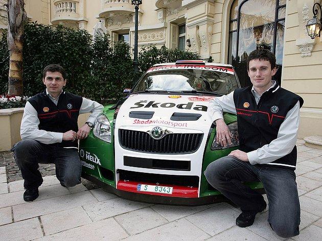 Jan Kopecký (vlevo) a Petr Starý pózují se Škodou Fabia S2000 v Monaku.
