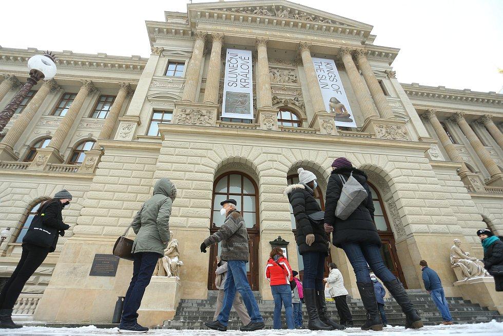 Národní muzeum v Praze, které bylo kvůli druhé vlně epidemie koronaviru zavřeno od 8. října, znovu otevřelo ve čtvrtek 3. prosince. Hned první den se tvořily fronty.