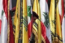 Členové Hizballáhu drží vlajky Libanonu a svého hnutí