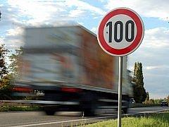 Leden - Na části silnic I. třídy je od letoška možné zvýšit rychlost z 90km/hod na 110 km/hod.