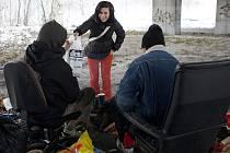 Před Vánocemi vyšel v Deníku příběh bezdomovců Aleše a Marušky, kteří žijí pod mostem u Nové Karoliny. Od té doby jim tam lidé denně nosí jídlo a další potřebné věci. Tašku plnou potravin dostali také od redakce Deníku.