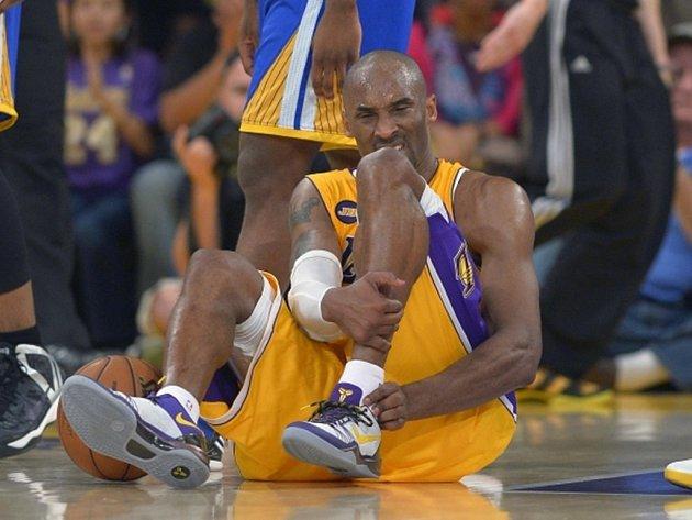 Kobe Bryant si pravděpodobně přetrhl achilovku a spekuluje se dokonce o konci jeho kariéry.