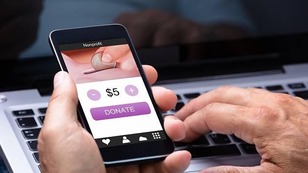 Darování peněz on-line, sbírka - Ilustrační foto