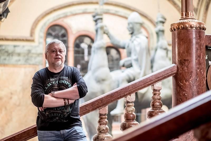 Pavel Kosatík při fotografování pro Deník 29. března v Praze.