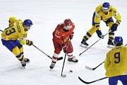 Ruský útočník Nikita Gusev mezi švédskými hráči - zleva Viktor Arvidsson, Adam Larsson a Adrian Kempe.
