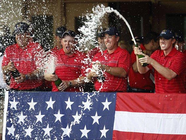 Američtí golfisté Kenny Perry, J.B. Holmes, Boo Weekley and Hunter Mahan (zleva) slaví vítězství v Ryder Cupu.
