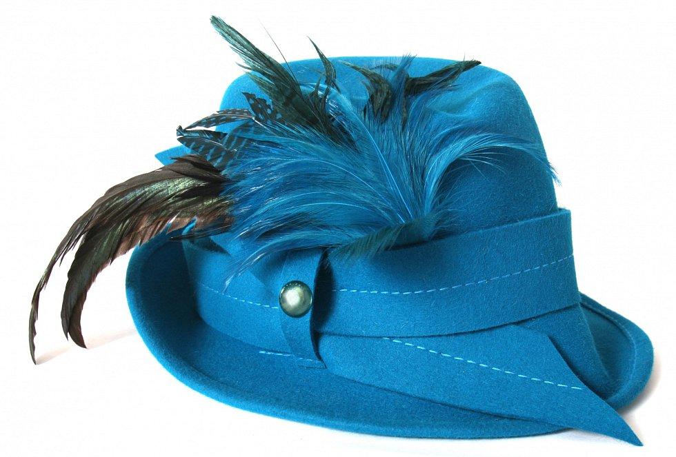 Peří slouží i jako módní doplněk.