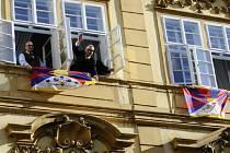 Opoziční TOP 09 dnes ráno vyvěsila z oken Sněmovny vedoucích na Malostranské náměstí dvě tibetské vlajky.