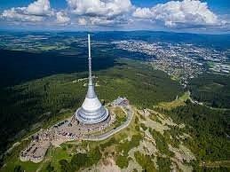 Hora Ještěd se tyčí do výšky 1 012 metrů nad mořem. Na jejím vrcholu se nachází přírodní park a televizní vysílač, v jehož dolní části je umístěn hotel a restaurace.