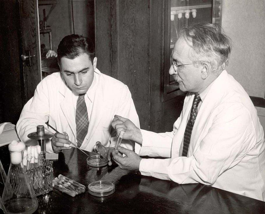 Profesor Selman Waksman a jeho žák Albert Schatz, objevitelé léku na tuberkulózu streptomycinu