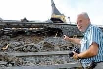 """""""Podle mne tato zeď byla postavena příliš slabá a neunesla tlak zeminy. Další možnostje, že špatně odváděla vodu. Ale bylo sucho a odváděcí kanály vypadají dobře, takže se přikláním spíše k první variantě,"""" uvedl geodet Jan Šťovíček z firmy Geotechnik."""