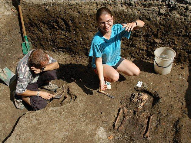 Pod ivančickým náměstím našli už 350 hrobů