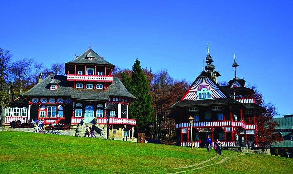 Pustevny. Horské sedlo se rozkládá mezi vrcholy Radhošť a Tanečnice v Radhošťské vrchovině.