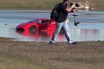 Lamborghini Gallardo skončilo v jezírku.