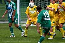 Fotbalisté Bohemians Praha porazili v předehrávce 15. kola druhé ligy Sokolov 3:0 a bodově se dotáhli na vedoucí Ústí nad Labem.