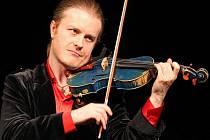 Pavel Šporcl, houslista a populární český umělec, který se věnuje vážné hudbě.