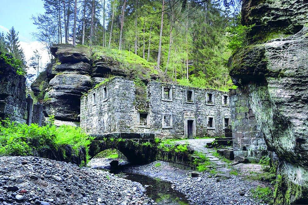 Dolský mlýn. Poblíž soutoků řek Kamenice a Jetřichovické Bělé se nachází zřícenina starobylého mlýna vystavěného v šestnáctém století.