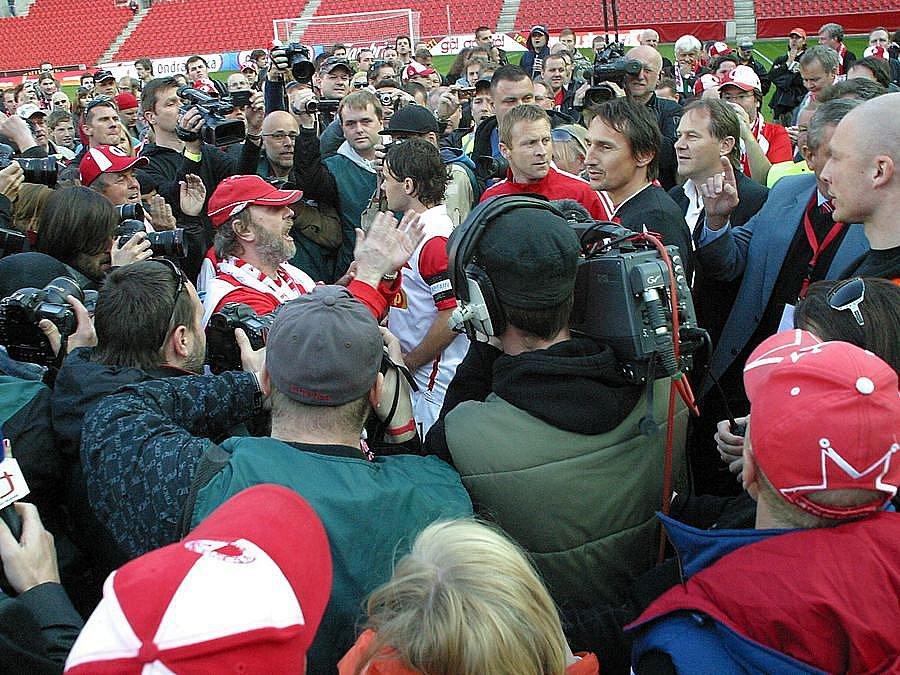 Fanoušci Slavie chtěli lynčovat představitele vedení fotbalového klubu. Kvůli jejich agresi předčasně skončil duel Ondrášovka Cupu mezi Pražany a Olomoucí.
