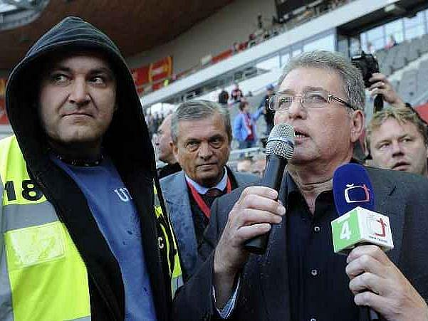 Miroslav Platil v rozhovoru s naštvanými fanoušky.