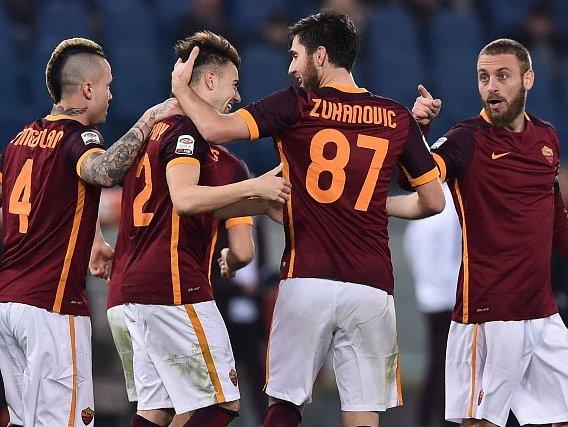 Fotbalisté AS Řím a jejich radost z gólu