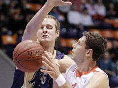 Basketbalista Nymburka Petr Benda (vpravo) proti Budivelniku.