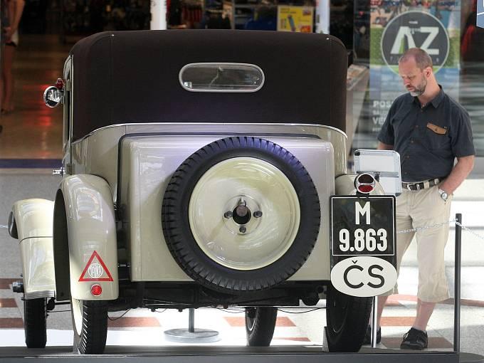 Výstava vozů Tatra v brněnském nákupním centru Olympia.
