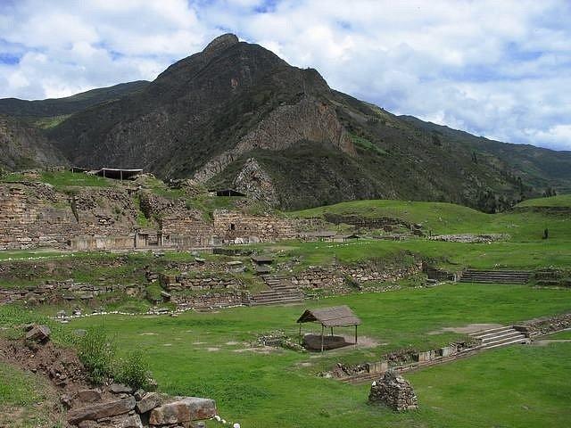 K dalším vyspělým kulturám v oblasti patřil Chavín, jehož existence je datována mezi lety 900 a 200 lety před naším letopočtem. Nejznámější lokalitou je město Chavín de Huántar