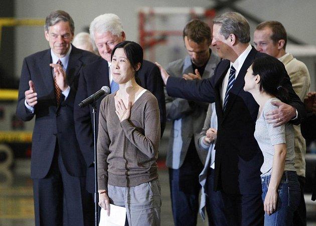Dvojice amerických novinářek se v doprovodu někdejšího ame-rického prezidenta Billa Clintona vrátila ze Severní Koreje do vlasti poté, co jí severokorejský vůdce Kim Čong-il po setkání s Clintonem udělil milost a nařídil obě ženy propustit z vězení.