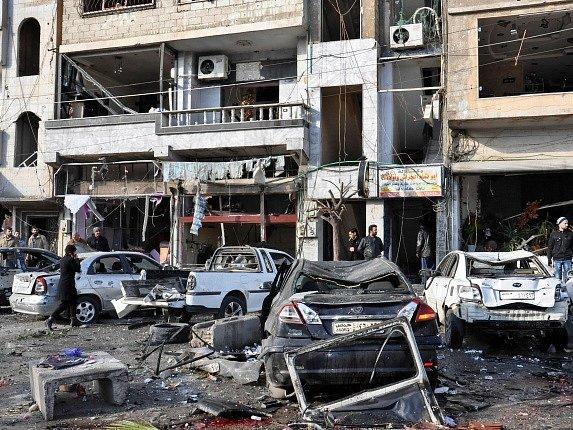 Následky atentátu v syrském Homsu.