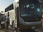 Turistický autobus zasažený při explozi u nového egyptského muzea blízko pyramid v Gíze