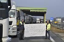 Kamiony blokují 10. ledna 2020 slovensko-český dálniční hraniční přechod Brodské-Břeclav. Nespokojení slovenští autodopravci protestují kromě jiného za výraznější snížení silniční daně