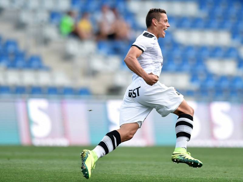 Tomáš Holeš z Hradce Králové se raduje z gólu.