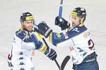 Hokejisté Vítkovic Vladimír Svačina (vlevo) a Rudolf Huna se radují z gólu proti Spartě.