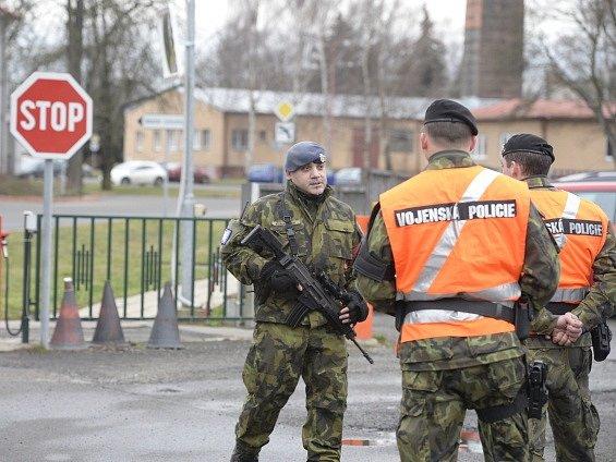 Armádní policisté čekají u vojenského letiště v pražských Kbelích, kam přiletěl 4. února vládní letecký speciál s pěticí Čechů unesených v Libanonu.