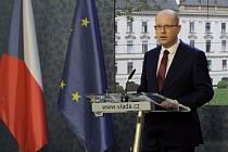 Premiér Bohuslav Sobotka demisi nepodá, naopak odvolává Andreje Babiše.
