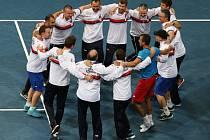 Vítězný rituál. Český daviscupový tým se raduje z postupu do čtvrtfinále.