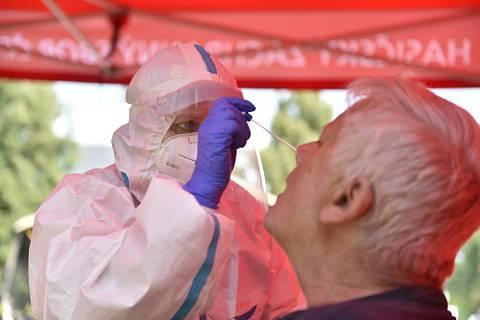 Zdravotnice odebírá zájemci vzorek na testy na nemoc covid-19