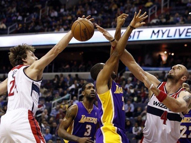 Jan Veselý (vlevo) se snaží blokovat Xaviera Henryho z Los Angeles Lakers.