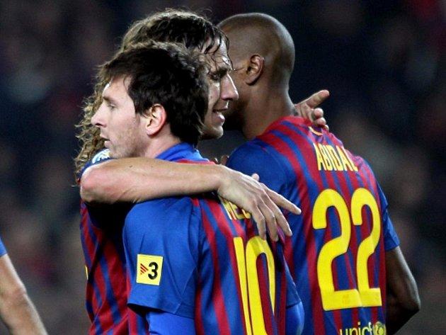 Hvězdy Barcelony (zleva) Lionel Messi, Carles Puyol a Eric Abidal se radují z gólu.