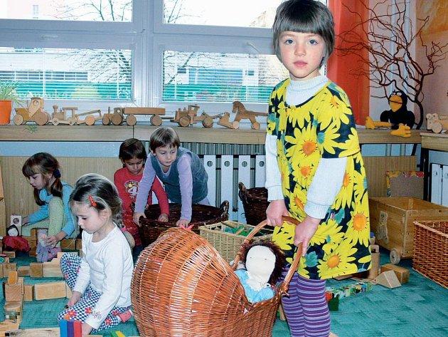 SKŘÍTCI. Děti ze 4. třídy Skřítci z MŠ v Nerudově ulici v Českých Budějovicích jsou obklopeny hračkami z přírodních materiálů.