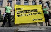 Protesty německých Greenpeace před budovou, kde se konal dieselový summit.