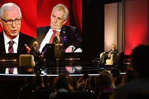Prezidentští kandidáti Miloš Zeman (vpravo) a Jiří Drahoš se setkali 23. ledna v Praze k první televizní debatě před druhým kolem prezidentských voleb. Uprostřed je moderátor Karel Voříšek.