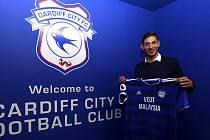 Fotbalista Emiliano Sala po podpisu smlouvy s Cardiff City