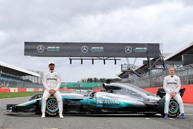 Lewis Hamilton (vlevo) a Valtteri Bottas s novým monopostem stáje Mercedes pro sezonu 2017.