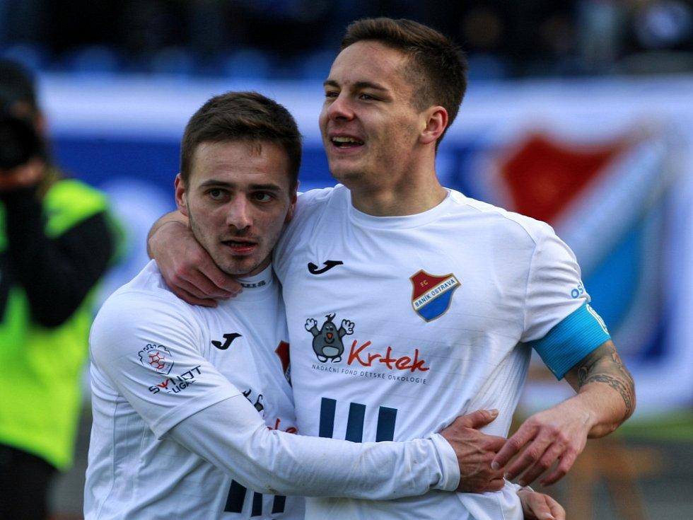 Fotbalisté Baníku Karol Mondek (vlevo) a Daniel Holzer se radují z gólu proti Teplicím.