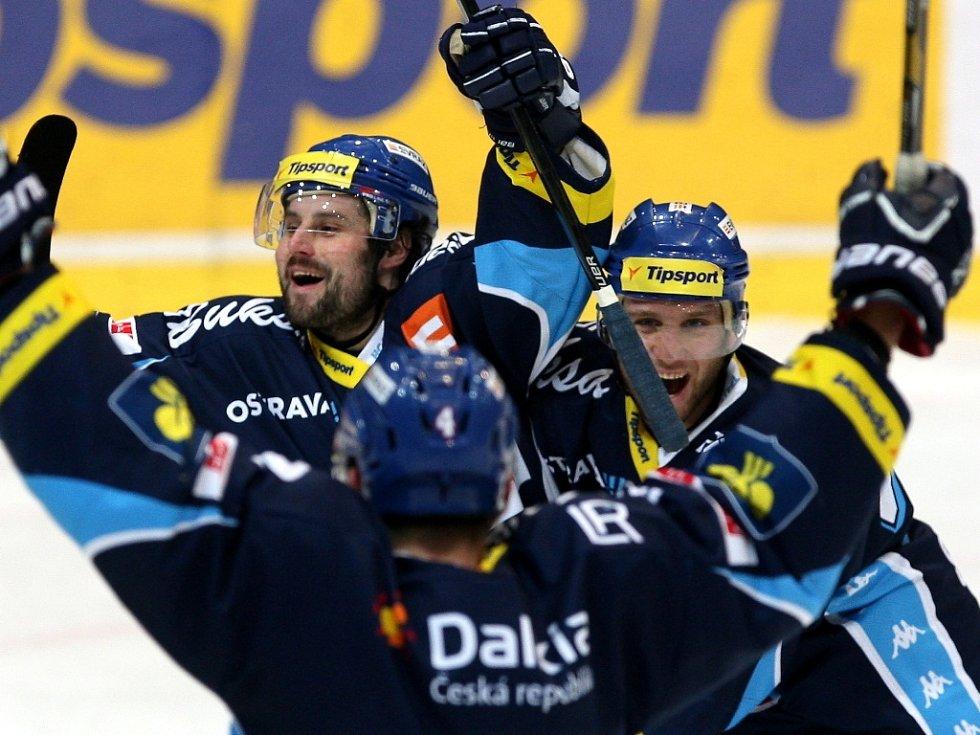 Hokejisté Vítkovic Rudolf Huna (vlevo) a Tomáš Voráček se radují z gólu proti Českým Budějovicím.