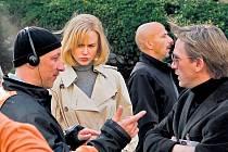 Režisér? Podle titulků režíroval v Invazi Nicole Kidmanovou a Daniela Craiga Němec Oliver Hirschbiegel.